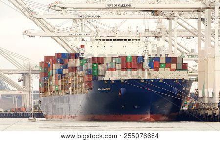 Oakland, Ca - July 31, 2018: Cargo Ship Apl Danube Loading At The Port Of Oakland. American Presiden
