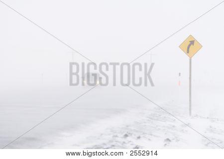 Coche en una tormenta de nieve