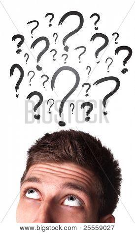 Blanco adulto varón caucásico joven tiene demasiados preguntas en su cabeza