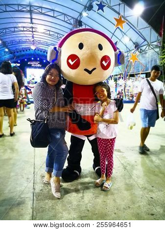 Krabi, Thailand- January 4, 2018: Aunt And Niece Take A Photo With The Toon, On The Grounds In Front