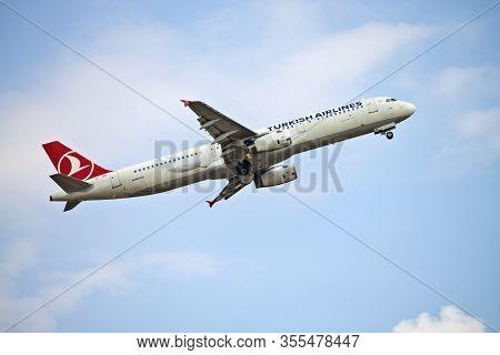 Frankfurt, Hesse/germany - 23.07.2019 Turkish Airlines Aircraft (airbus A321 - Tc-jsb) Taking Off Fr