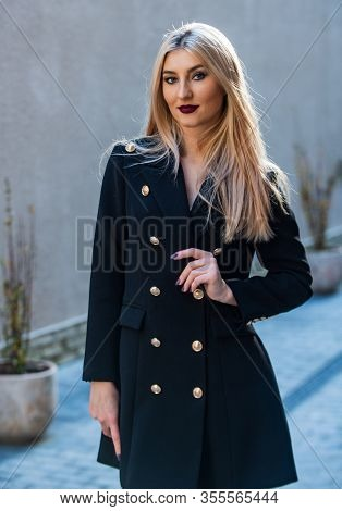Outerwear For The Office. Girl Business Style. Glam And Trendy Female. Blonde Fashion Blogger. Elega