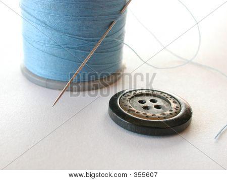 Botão e fio azul