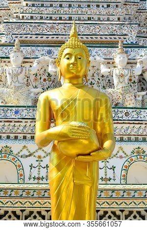 Bangkok, Th - Dec. 12: Wat Arun Buddha Pagoda Statue On December 12, 2016 In Bangkok, Thailand. Wat