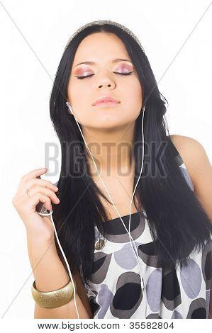 schöne Brünette Frau und Musik