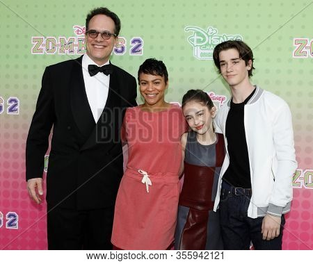 LOS ANGELES - JAN 25:  Diedrich Bader, Carly Hughes, Julia Butters, Daniel DiMaggio at the