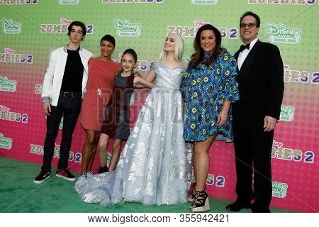 LOS ANGELES - JAN 25:  Daniel DiMaggio, Carly Hughes, Julia Butters, Meg Donnelly, Katy Mixon, Diedrich Bader at the