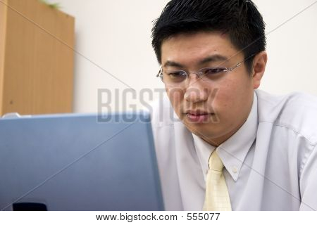 Giovane imprenditore asiatico lavorando con il Computer