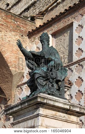 Statue of Pope Julius III in front of the Cathedral of San Lorenzo. Perugia, Italy