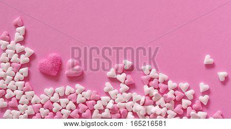 rosa und weiße Zuckerherzen auf rosa Untergrund zum Geburtstag