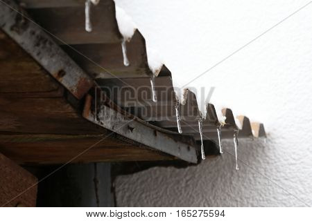 Thaw / Icicles on the roof .