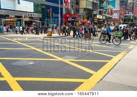 Hong Kong China - 26 Mars 2015: Busy pedestrians crossing street in Hong Kong
