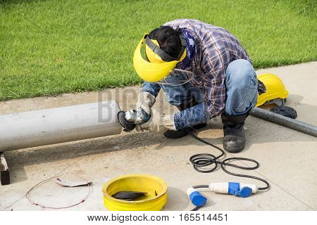 overwrites the worker of welding seams angle grinder of stainless steel pipe