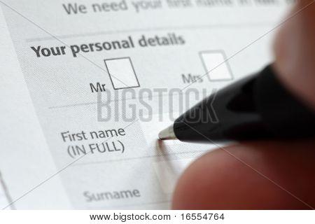 Cumplimentación de datos personales en un formulario de solicitud