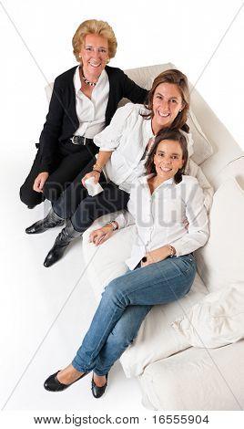 白いソファの上の 3 つの笑みを浮かべて女性年齢別の空撮
