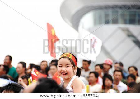 Inner Mongolia, China - 10 de julio: Una linda chica entre la multitud celebrando durante el relevo de la antorcha olímpica