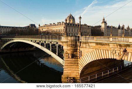 The Pont Notre-Dame is a bridge that crosses the Seine in Paris France linking the quai de Gesvres on the Rive Droite with the quai de la Corse on the Île de la Cité. The bridge is noted for being the