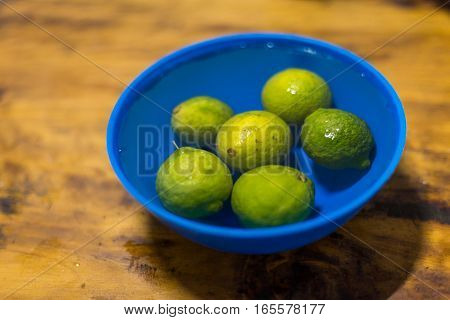 Six african lemon in clean water .