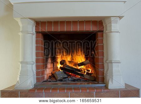 Burning fireplace. Fireplace as a piece of furniture. Foto