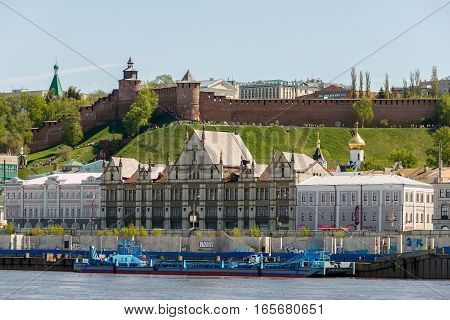 NIZHNY NOVGOROD, RUSSIA - MAY 09, 2016: View from the Volga River on the Nizhny Novgorod Kremlin and Nizhne-Volzhskaya Embankment on May holidays