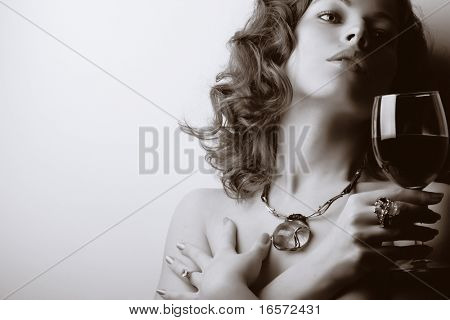 Portrait of beautiful Woman mit Glas Rot Wein