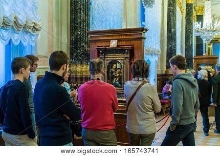 Saint Petersburg, Russia - December 25, 2016: Tourists Looking At The Picture Of Leonardo De Vinci I