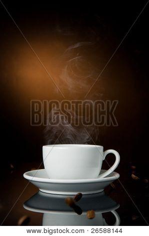 taza de café sobre fondo de color