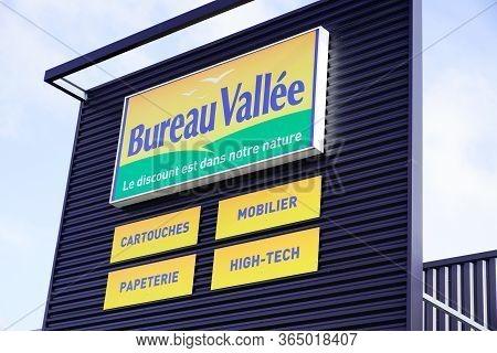 Bordeaux , Aquitaine / France - 10 23 2019 : Logo Bureau Vallee Sign Store Panel For Office Supplies