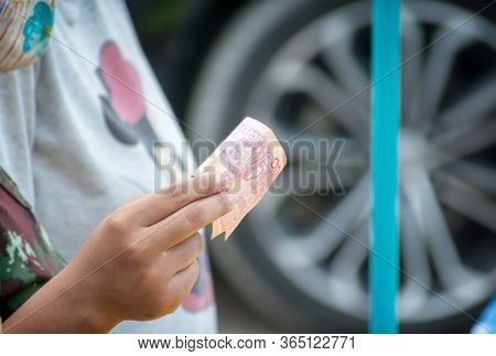 Bangkok, Thailand - May 07: Unidentified Shopper Pays With A 100 Baht Bill Next To The Street In Ban