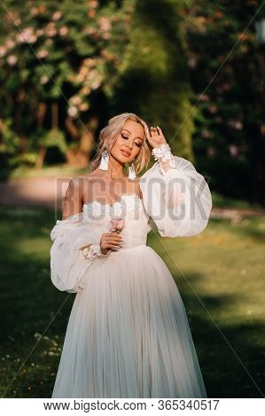 Bride In The Garden, Morning And Bride, Bride Fees, Morning Bride, White Dress, Wear Earrings