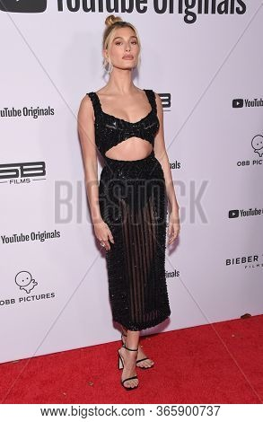 LOS ANGELES - JAN 27:  Hailey Bieber {Object} arrives for the Premiere Of YouTube Originals'