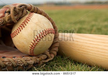 Beisebol em uma luva perto de morcego