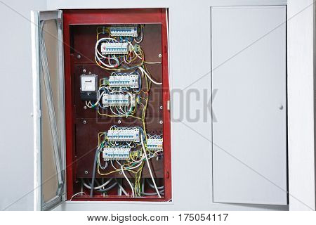 Open distribution board integrated in wall