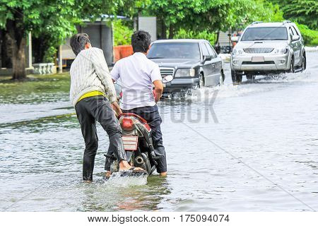 Lopburi Thailandoctober/06/2011:The heavy downpour caused a flash flood flooding into public houses.