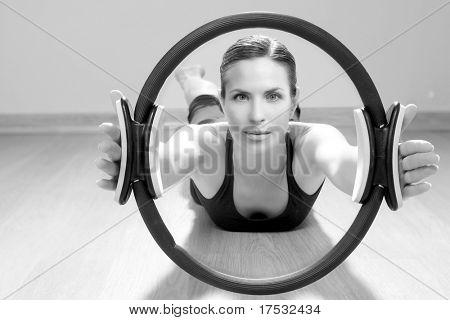 magia exercícios de ginásio de esporte do aeróbica pilates anel mulher no piso de madeira