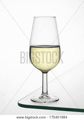 Copa de vino Fino sobre mesa de cristal