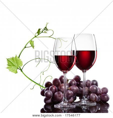 Rotwein in Gläsern mit Traube und Stab, isolated on white