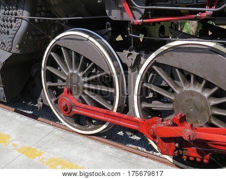 Rodas e engrenagem de locomotiva a vapor, em linha ferrea.