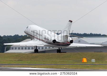 Farnborough, Uk - July 20, 2014: Netjets Dassault Falcon 2000ex Private Jet Aircraft Cs-dlh.