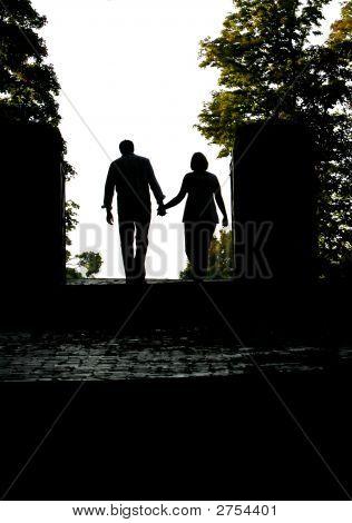 Silhouette eines Paares zu Fuß entfernt