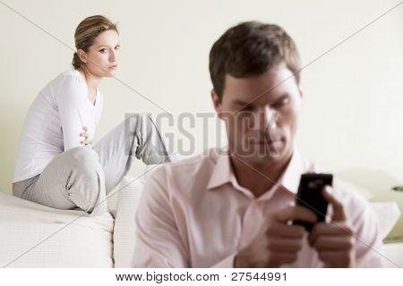 Eifersüchtige Frau betrachten ihr Partner im Chat, am Telefon