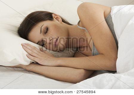 Mooie jonge vrouw slapen