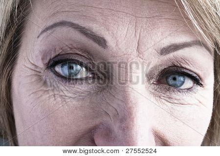 close up of reife Frau blauen Augen