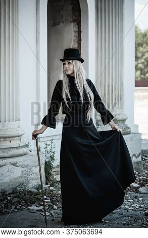 Perfect Gothic Atmosphere, Inspiration Dark Victorian Style, Halloween Ideas For Party. Women Classi