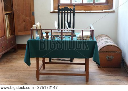 Williamsburg, Virginia, U.s.a - June 30, 2020 - Table Inside The Courthouse Building