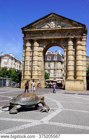 Bordeaux , Aquitaine / France - 06 10 2020 : Victory Square With Porte D'aquitaine Arc In Place De L