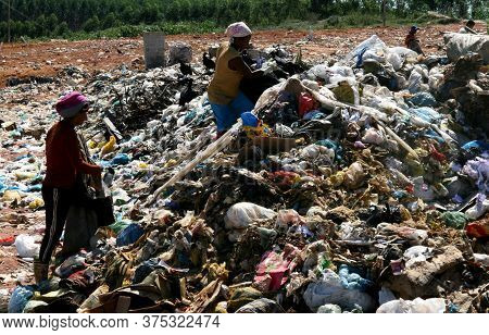 Teixeira De Freitas, Bahia / Brazil - May 6, 2008: People Are Seen Reviving The Garbage In Search Of