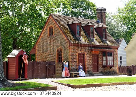 Williamsburg, Virginia, U.s.a - June 30, 2020 - A Beautiful Colonial House With The Tour Guides Wear