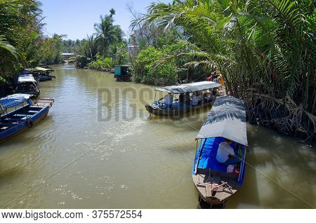 My Tho, Mekong Delta, Vietnam - February 13, 2019: Vietnamese Rowing Boats With Tourists On Mekong C