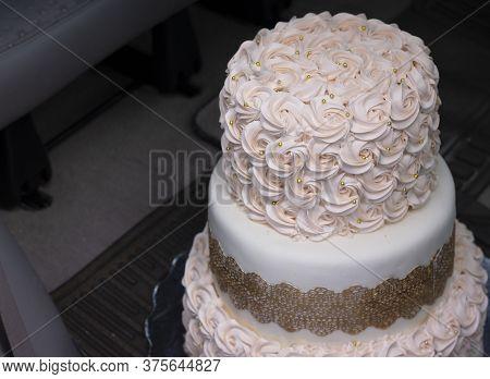 Hermoso Pastel De Bodas Diseñado Para El Festejo